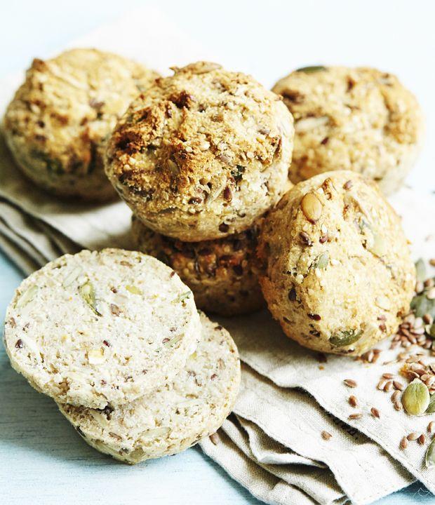 Bag luftige boller uden gluten og med masser af sunde kerner og frø.