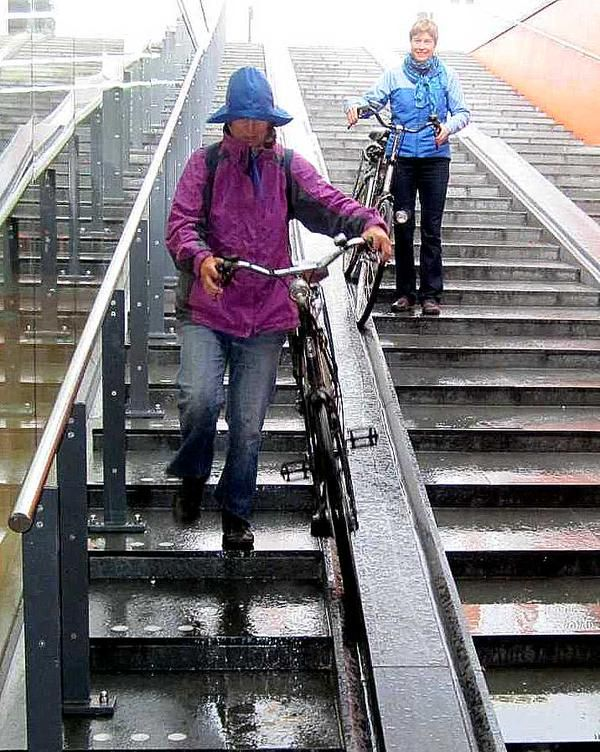 Cycle-friendly staircase leading to 5000-bike parking at the Central Train Station, Haarlem, NL. Click image for link to full discussion by Hans Moor and visit the slowottawa.ca boards >> https://www.pinterest.com/slowottawa/boards/