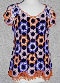 Blusa tejida a crochet en hilos de colores anaranjado, rosa y lila con aplicacviones de tela negra, Talla M
