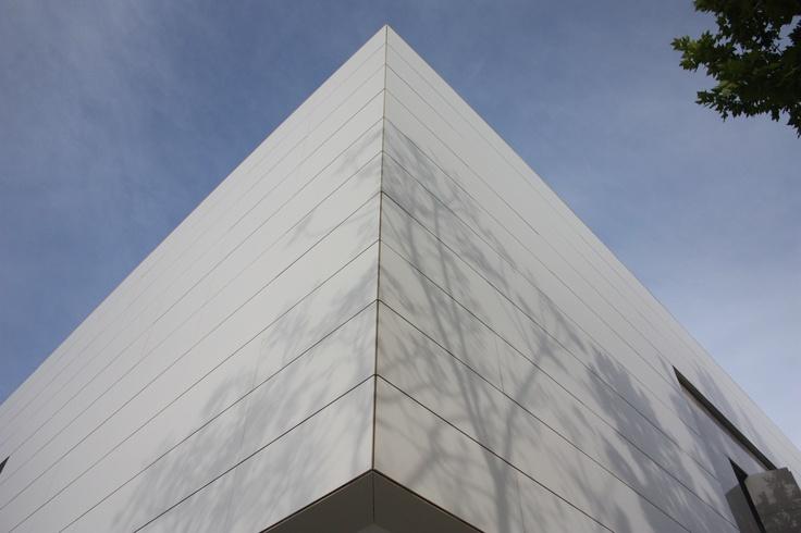 Facade, Corner, White Architecture @Porcelanosa Grupo LAR Arquitectura https://www.facebook.com/LARarquitectura