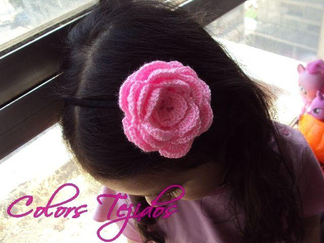 cintillo flor rosada a crochet