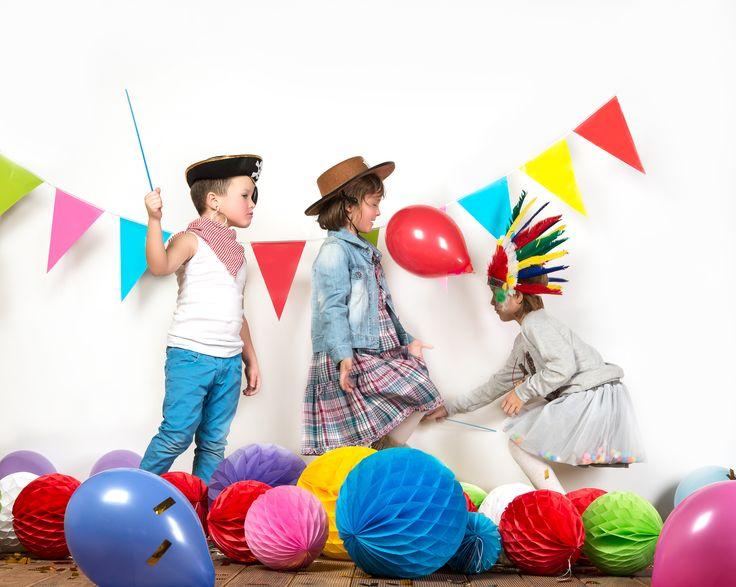 kolorowa zabawa karnawałowa, dekoracje urodzinowe, karnawałowe, balony, papierowe pompony, papierowe kule honeycomb, dekoracje ze strony www.partybudziki.pl