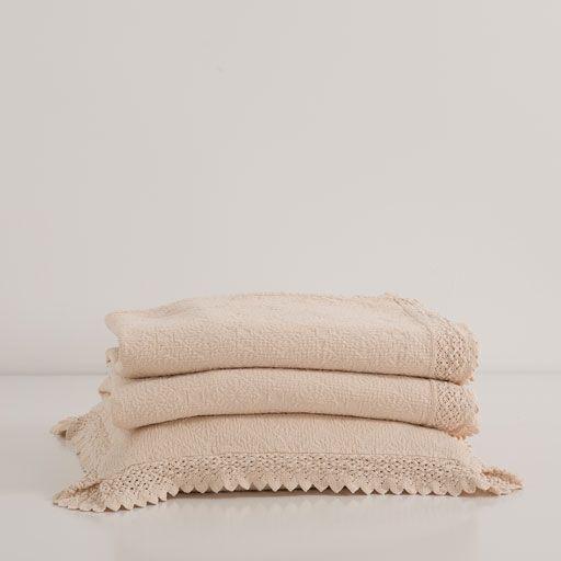 Couvre-lit et housse de coussin coton dentelle losanges et fleurs