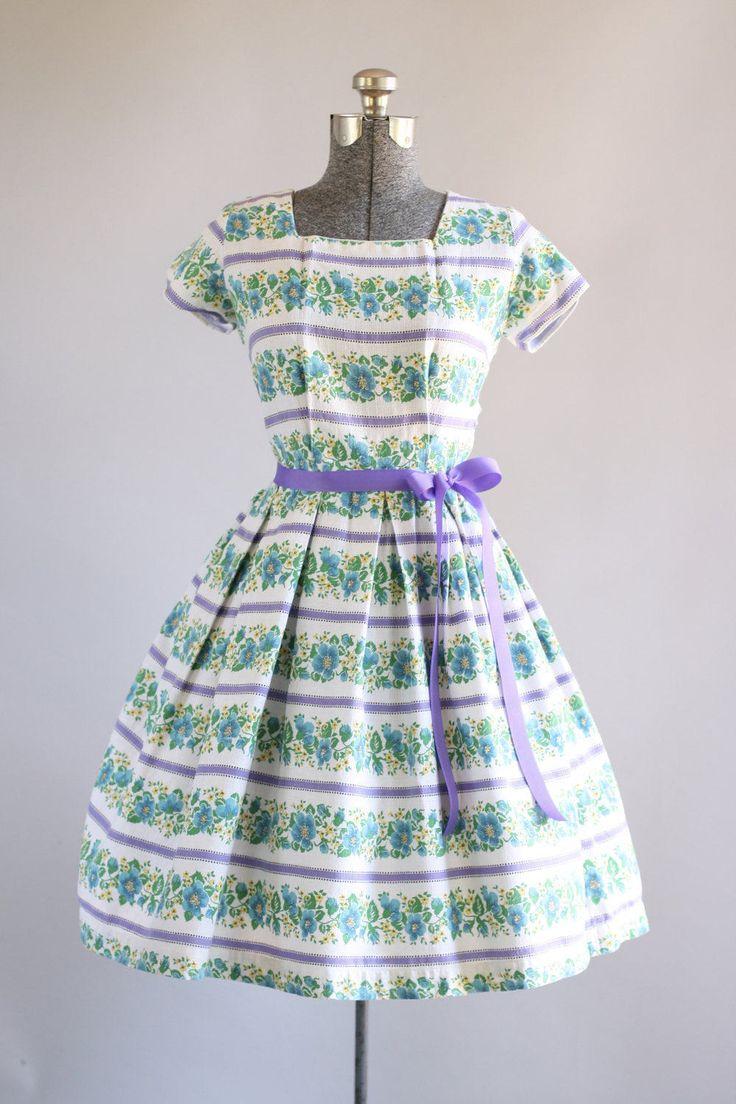 Deze jaren 1950 katoenen jurk functies een blauwe en gele bloemen afdrukken ook s een paarse horizontaal gestreepte afdrukken. Kap mouwen. Gesmoord taille. Bevat een bijpassende paarse lint taille band (niet origineel aan de jurk). Volledige geplooide rok. Metalen rits kant van de jurk. Zeer goede vintage staat. Houd er rekening mee: petticoat gedragen onder rok voor toegevoegd volheid. Dit stuk is schoongemaakt en is klaar om te dragen!  Label n/b Stof katoen mix? Geschatte maat S&#x2F...