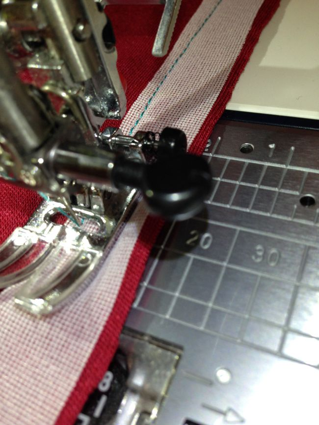 Как укрепить швы в изделиях из трикотажа: Как стабилизировать, например, плечевые швы, пройму или шов на талии? Есть несколько простых способов, которые под силу освоить даже начинающим. ШОВ С ПРОКЛАДКОЙ Как укрепить швы в изделиях из трикотажа: стабилизирующие швы Его используют при втачивании рукава, стачивании плечевых швов, в моделях с отрезной юбкой. Из флизелина для трикотажных тканей отрежьте полоску на 2-3 мм шире припуска. Положите её на припуск и прострочите. Лишнюю прокладку срежь