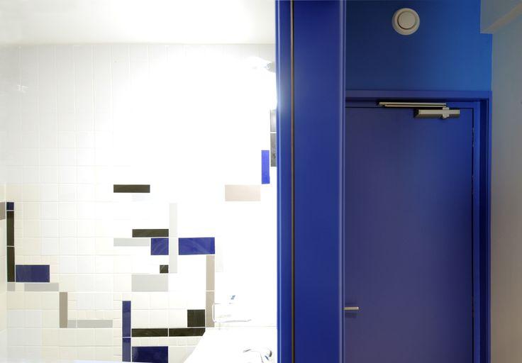 Dettaglio di un bagno di una camera studenti del collegio universitario Einaudi, sezione Po.  Progetto di ristrutturazione di Luca Moretto