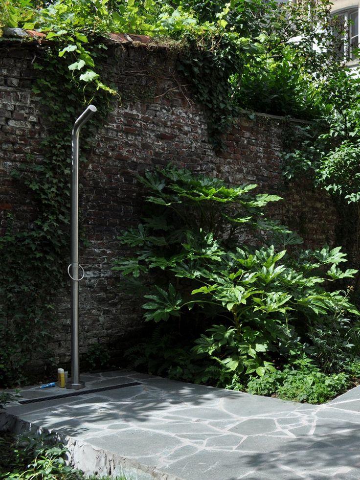 tdouche extérieure dans la verdure (fatsia japonica) Stefan Morael - tuinarchitect Brussel - paysagiste Bruxelles