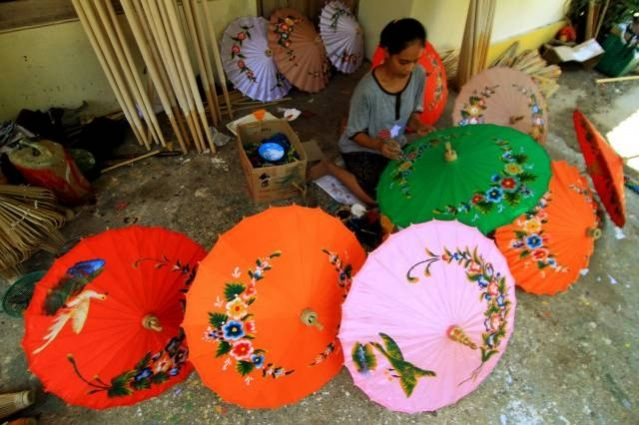 Bulk order: A craftswoman decorates ornamental umbrellas at her house in Kwarasan village, Juwiring subdistrict, Klaten regency, Central Java. Craftspeople in the subdistrict, known for its production of ornamental umbrellas, usually receive massive orders from big cities such as Jakarta, Surabaya, Medan and Pontianak during the fasting month. (JP/Ganug Nugroho Adi)