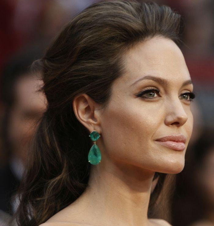 Idée Coiffure :    Description   couleur de cheveux auburn, Angelina Jolie avec un maquillage de tous les jours    - #Coiffure https://madame.tn/beaute/coiffure/idee-coiffure-couleur-de-cheveux-auburn-angelina-jolie-avec-un-maquillage-de-tous-les-jours/