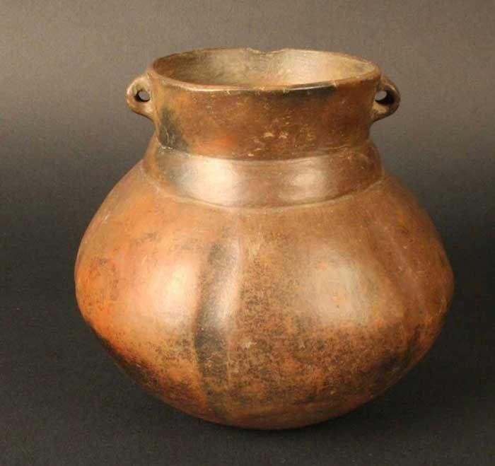 Cántaro fitomorfo – Chile Precolombino   Material(es): Cerámica Período: Agroalfarero Temprano.+- 600 d.C. Estilo Pitrén Medidas: 127 mm de alto Cultura: Pitrén