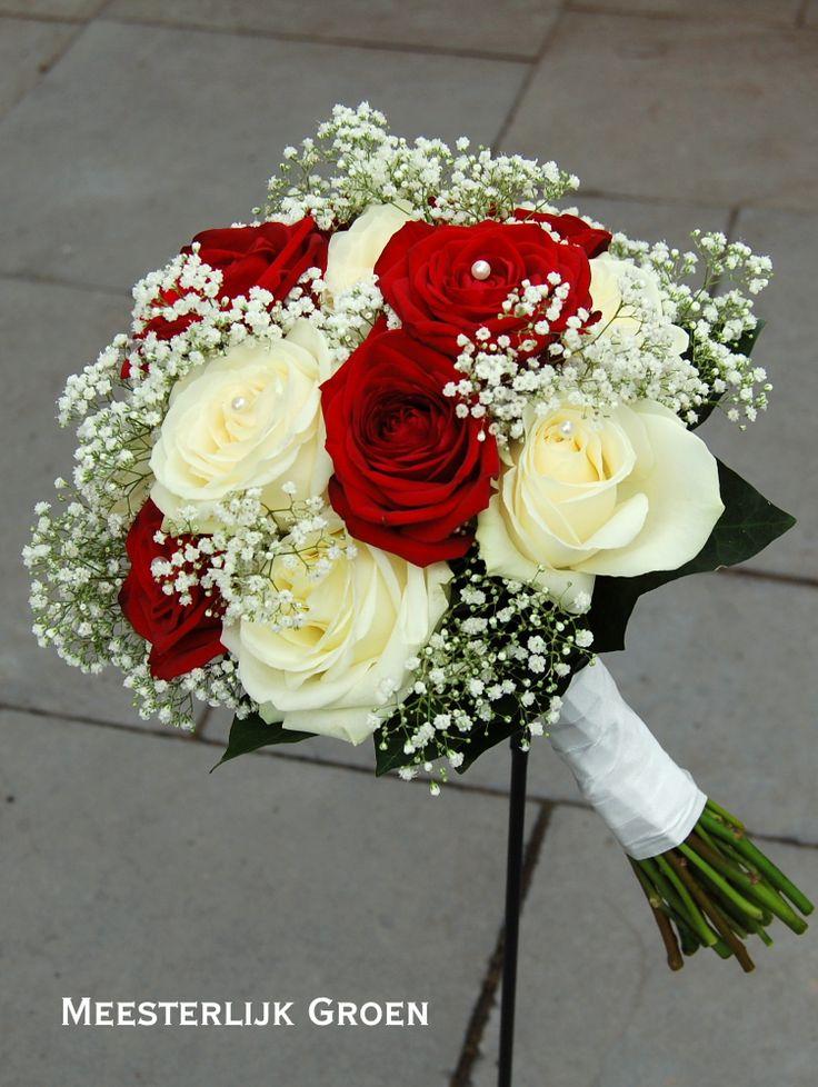 Bruidsboeket in klassiek rood - wit. Rode en witte rozen, wit gipskruid. www. meesterlijkgroen.nl