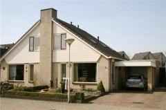 HARDENBERG, Ereprijs 3. In Baalderveld gelegen helft van dubbel woonhuis met carport, garage en tuinhuisje op 344 m2 eigen grond met tuin op het westen.