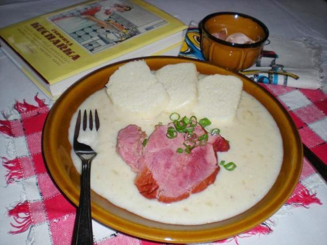 česneková omáčka s uzeným masem a houskovým knedlíkem - od toffo