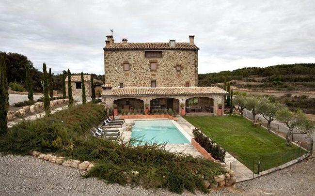 Op een prachtig landgoed midden in de streek El Solsonès, een heuvelachtig gebied vol met graslanden en bossen van steeneiken in de regio Catalonië, ligt dit sfeervolle vakantiehuis. Het verblijf heeft zeven slaapkamers en is ingericht met antiek meubilair om een gastvrije en warme sfeer te creëren. Verder is er een ruime woonkamer met open keuken, een overdekt terras met zithoek en compleet ingerichte buitenkeuken. Vanuit het zwembad heb je een geweldig uitzicht over de groene omgeving.