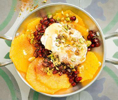 Marocko är apelsinernas land och just den här apelsinsalladen är något av ett signum. Här får den sällskap av krämig matyoghurt, fruktig honung, läckert gröna pistagenötter och rubinröda granatäppelkärnor.