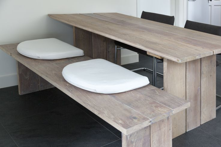 Eikenhouten eetkamer tafel en bank gemaakt van eikenhouten vloerdelen uit een bar, daarna in de whitewash een moderne uitstraling gegeven