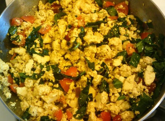 Tofu scramble with spinach - so nutritious and a perfect protein boost for breakfast for vegetarians and vegans. I love spinach, so eating it for breakfast in that classic vegan dish - tofu scramble - is only natural.