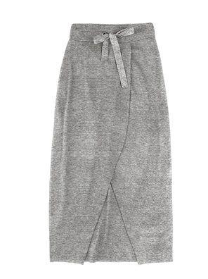 Saia longa transpassada com fenda na cor cinza em tamanho XG. Atemporal e versátil, a saia longa é peça coringa do guarda-roupas. Esse modelo em malha de algodão com elastano possui transpasse e fenda frontal. Super moderna e prática, é a peça perfeita para combinar com blusas, camisas, blusões e jaquetas. Especificações: Cós com ilhós; Cadarço de algodão para ajuste; Pregas nas costas.