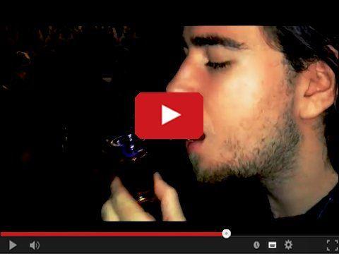 http://www.smiesznefilmy.net/ognisty-drink Moda na ogniste strzały palącego się alkoholu, a no chyba.Ten