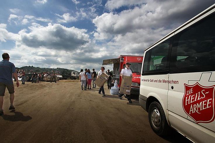 In Dresden unterstützt die Heilsarmee mit zwei Einsatzwagen die Fluthelfer an einem Sandsack-Füllplatz. #hochwasser2013 #flut