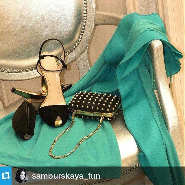 Эффектная и остроумная актриса Настасья Самбурская для романтического свидания выбрала на vipavenue.ru роскошное платье подиумной коллекции, эффектный замшевый клатч, декорированный шипами, и изящные босоножки с оригинальными каблуками — все от Gucci.