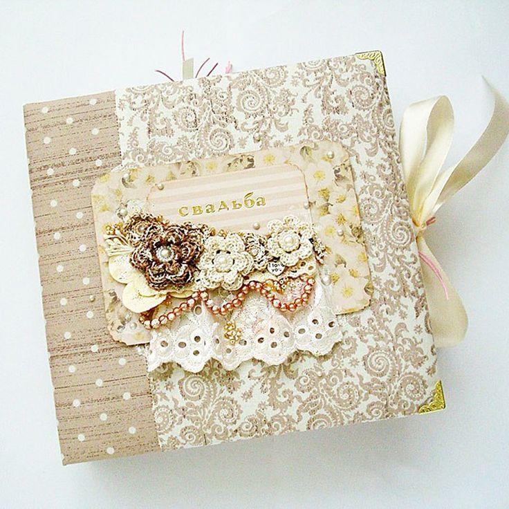 Винтажный свадебный фотоальбом Handmade для незабываемого подарка молодой супружеской паре к свадьбе. Обложка альбома в модном стиле винтаж выполнена их переплетного картона, обтянутого американским 100% хлопком с цветочным принтом. Украшена апплкациев в виде почтовой открытки со свадебным букетом.