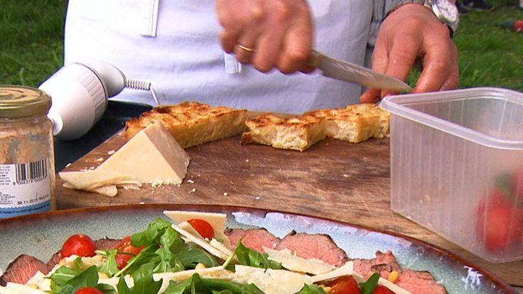Det tar to dager å lage focaccia etter Øyvind Hjelles oppskrift. Det blir luftig italiensk brød med olivenolje og salt.