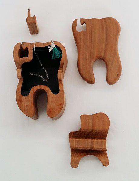Handgemachte Holzdose aus Kirschenholz in der Form eines Zahns für die Aufbewahrung der ersten Zähne.
