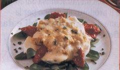 Uova strapazzate con pomodori secchi e mozzarella - In una ciotola aprite le uova, versate la panna, unite l'erba cipollina tagliata a rondelle, salate e pepate. Cuocete il composto a bagnomaria, sbattendolo con la frusta fino a quando le uova si rassodano, e continuate a miscelare.  Mondate, lavate e sistemate l'insalata sul fondo del piatto, quindi disponetevi sopra le falde di pomodori, la mozz... continua su www. treschef.com #eggs #contorni #secondi