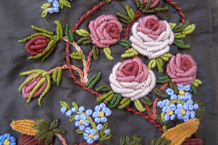 English Roses. Detalle. Bordado a mano por Carolina Gana. Taller de Bordado Rococó - Santiago - Chile.