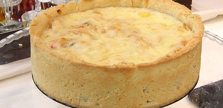180g- Margarina para uso culinário  - 1-Ovo inteiro  - 8g-Sal  - 40g-Creme de leite  - 300g-Farinha de trigo  - Recheio:  - 200 g -Bacalhau, dessalgado e desfiado  - 1/2 -Pimentão vermelho picado  - 1-Cebola média picada  - 1-dente de alho em lascas  - 1/2-vidro de palmito picado  - 1-Tomate picado, sem sementes  - 1-Colher (sopa) de farinha de trigo  - 1/2-Xícara de leite integral  - Alecrim e azeite extra virgem a gosto  - Azeitonas pretas picadas a gosto  - Salsinha a gosto  - Sal a gosto…