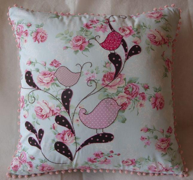 https://flic.kr/p/8SP4mN | Almofada Passarinho floral | Cod. A002 Descrição:  Tecido Floral. 100% algodão   -  Bordado: Todo feito a mão - apliques de tecido com bordados  -  Detalhes: grilô rosa em volta da almofada, zipper invisível  -  Tamanho: 45 x 45 cm