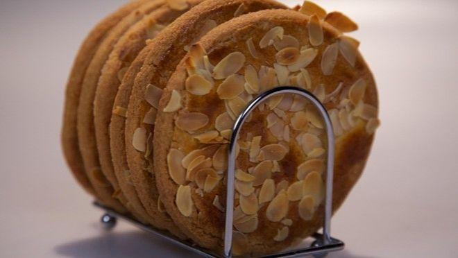 Krokante amandelroomboterkoeken - recept | 24Kitchen