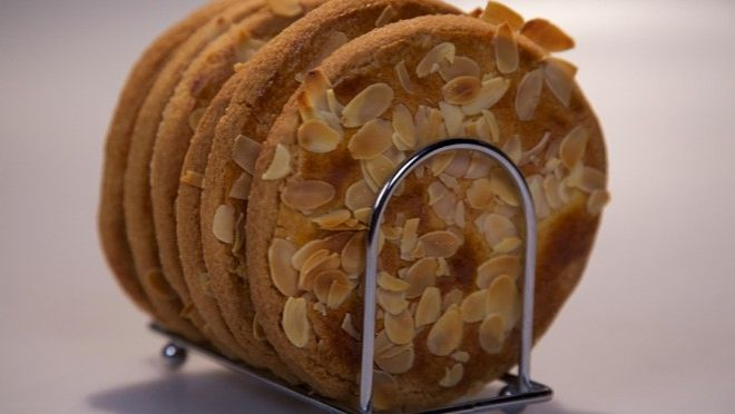 Krokante amandelroomboterkoeken - Rudolph's Bakery   24Kitchen