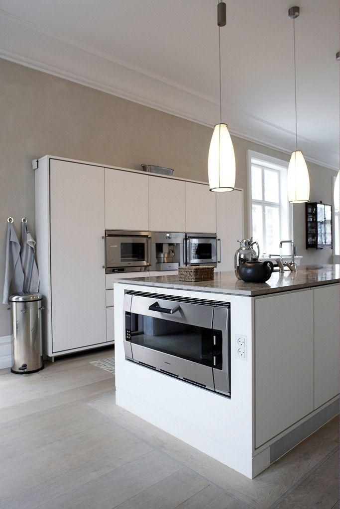 Keukens Met Eiland : Linoleum keuken met mooi weggewerkte brede oven in het