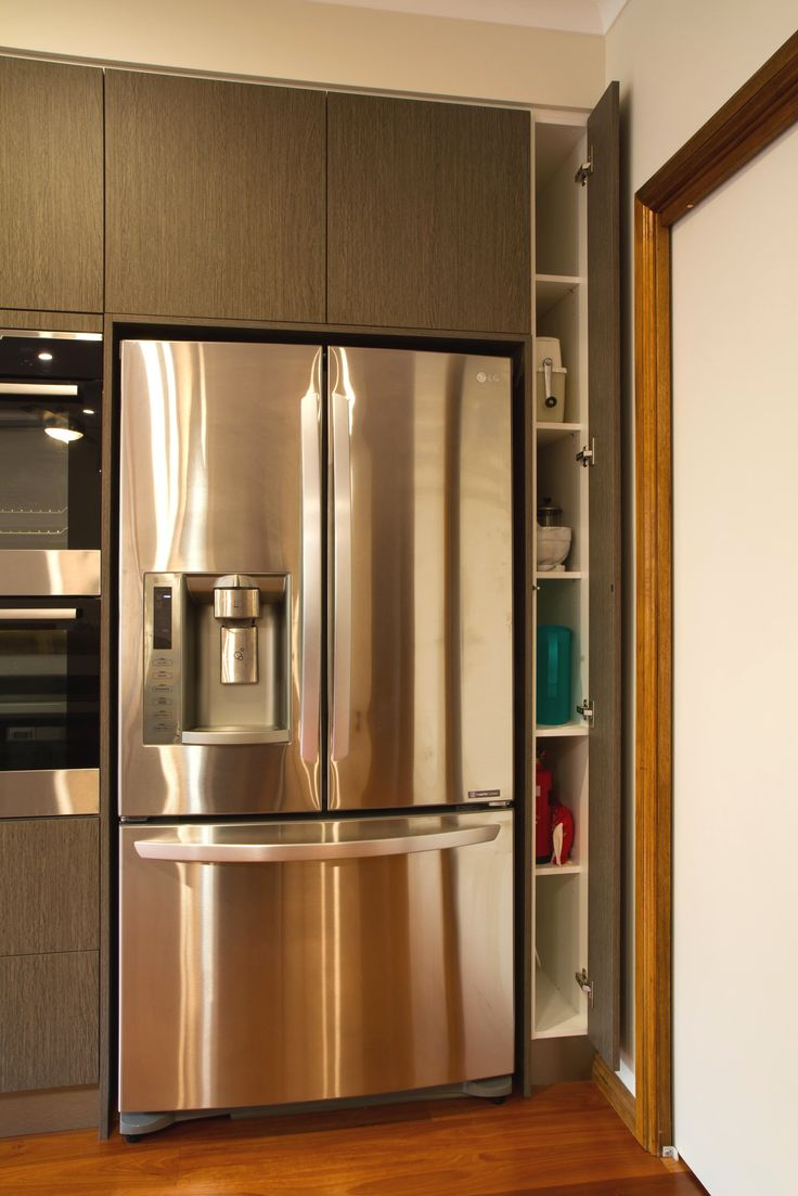 A modern, handle-less kitchen with a walk-in pantry, perfect for the needs of a growing family! www.thekitchendesigncentre.com.au @thekitchen_designcentre