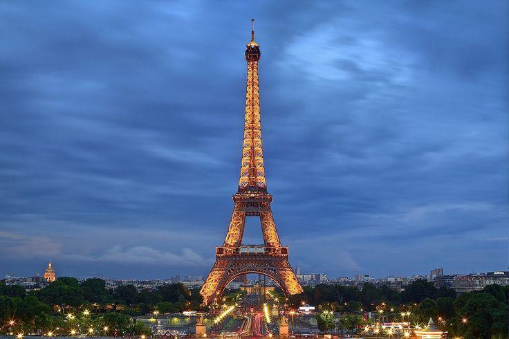 https://flic.kr/p/ioPmnB | La grande A / The big A | Francia, Île-de-France, Parigi, Estate 2013  La Torre Eiffel è una torre di ferro nonchè il simbolo più famoso di Parigi immortalato in film, videogiochi e spettacoli televisivi. Prende il nome dall'ingegnere Gustave Eiffel, la cui azienda ha progettato e costruito la torre. Fu eretta nel 1889 come l'arco d'ingresso alla Fiera Mondiale del 1889. La torre è la struttura più alta di Parigi e il monumento a pagamento più visitato al mondo…
