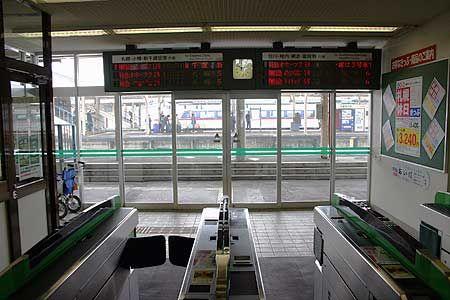 幹線と地方交通線、旧国鉄時代から路線は2種類に分けられている。時代と共に栄える路線、廃れる路線、様々が入り混じって、日本中の鉄道網ができている。自動改札機のある駅は、今の時代に求められている駅ということになるだろうか。[2007/3 JR函館本線滝川駅]昨年の今日、東日本大震災が発生しました。原発の後処理が一刻も早く進むよう、そして、被災地に元の暮らしが戻りますよう、心より祈念致します。寸断された地域交通網...
