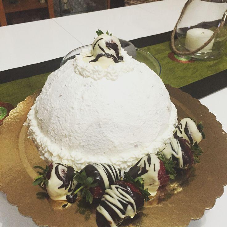 Cupola in rosa (zuccotto di bisquit al cacao ripieno di mousse di fragole... Per decorare un tripudio di fragole al cioccolato bianco e nero)