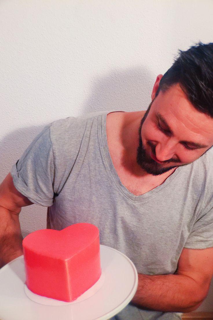 ❤️ waar wacht je op? Nog 3 dagen de tijd om je liefje te verassen met een one-of-a-kind Valentijnstaart!  • #shs #studiohappystory #happystorycakes #valentijn #taart #mirrorcake #valentijnstaart #vday #spiegeltaart #liefde #cake #photography #eyecandy #instapic #foodie #instalove #love #man #hottie #sharelove #deeldeliefde #liefde #shoponline #lastminute