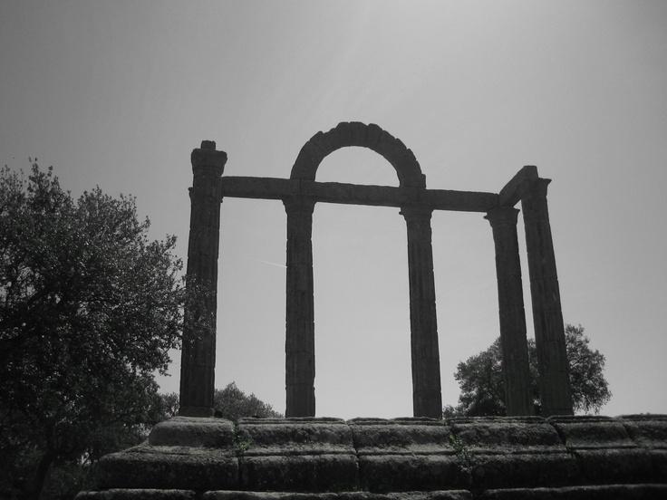 """La columnata del foro de la ciudad romana de Augustobriga fue rescatada antes de que las aguas del Pantano de Valdecañas las cubrieran. Se conoce a este paraje en la zona como """"Los Mármoles""""."""
