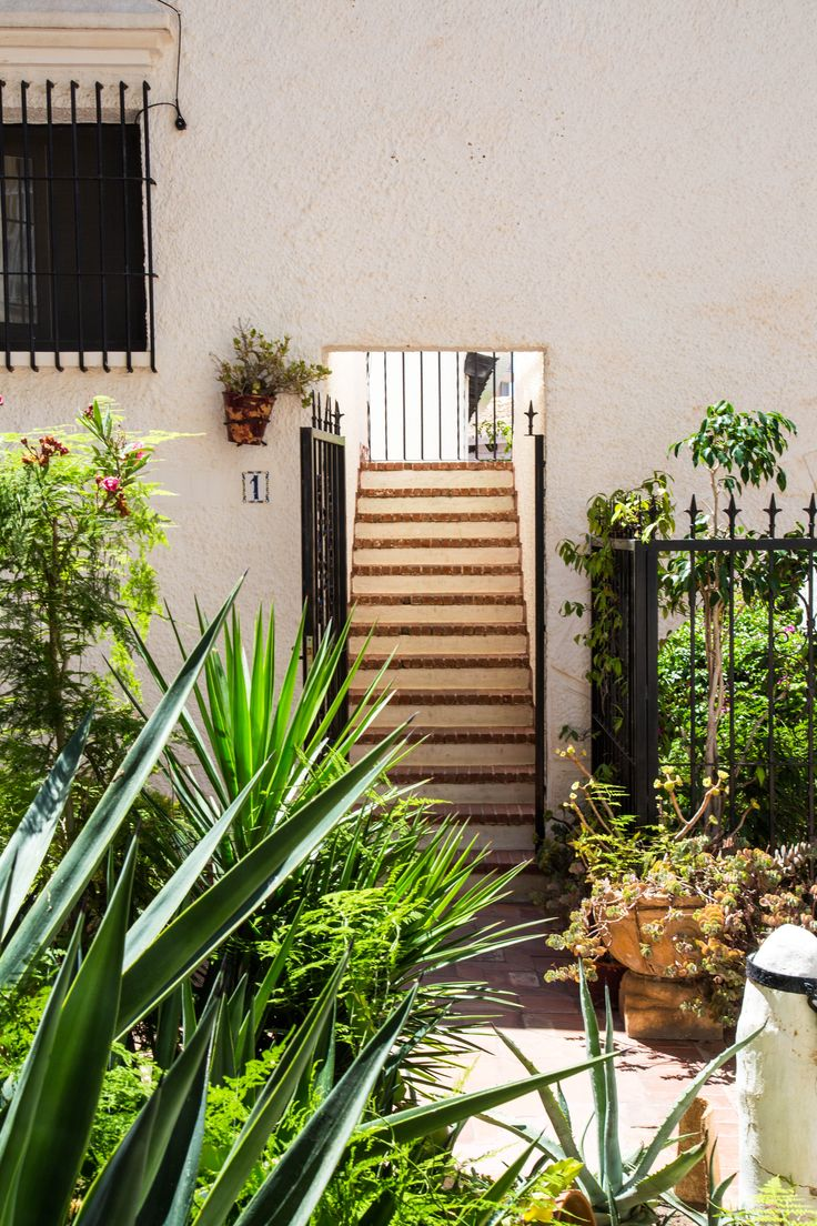 A spanish entrance. So pretty! 🌴