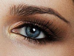 Voorbeeld makeup bij blauwe ogen. Welke kleuren oogschaduw staan het beste bij je blauwe ogen en hoe breng je de eyeliner en mascara aan.