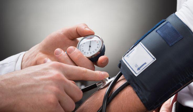 Uno puede tener la presión arterial por los cielos y no darse cuenta, a menos que se la mida, y, aun así, es difícil saber las cifras exactas.