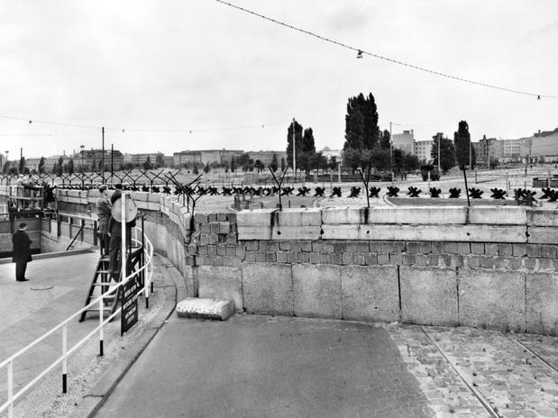Foto de 1961 mostra o muro de Berlim em construção para dividir a Alemanha Oriental da Berlim Ocidental com um dos objetivos de evitar a emigração em massa  Foto: AFP