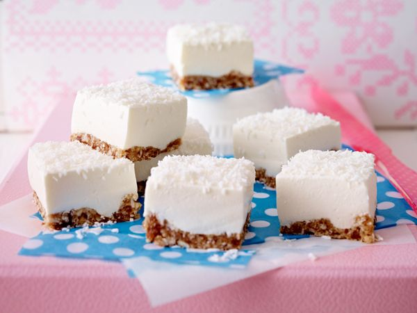 Joghurt-Cheesecake mit Dattel-Cashew-Boden