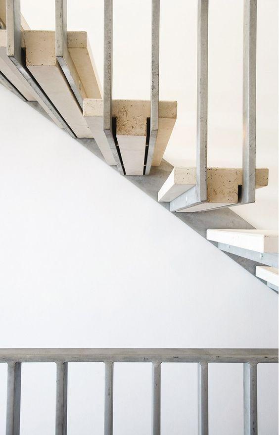 Escalera de acero y escalones prefabricados de hormigón.                                                 MVC arquitecta