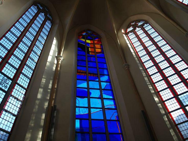 """Glas-in-loodramen in """"Waanders in de Broeren"""" in Zwolle. Het middelste raam is van de Noorse kunstenaar Kjell Nupen."""