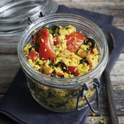Dieser sommerliche Couscous kann wunderbar mit ins Grüne genommen werden. Einfach in ein Schraubglas oder ein Glas mit Bügelverschluss füllen und fest...