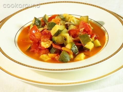 Molise - Minestra di zucchine paesane - Tagliare le zucchine e i pomodori a pezzettoni. Trasferite le verdure in una grossa casseruola insieme alla cipolla affettata ed al prezzemolo. Aggiungete ... http://www.cookaround.com/ricetta/minestra-di-zucchine-paesane.html